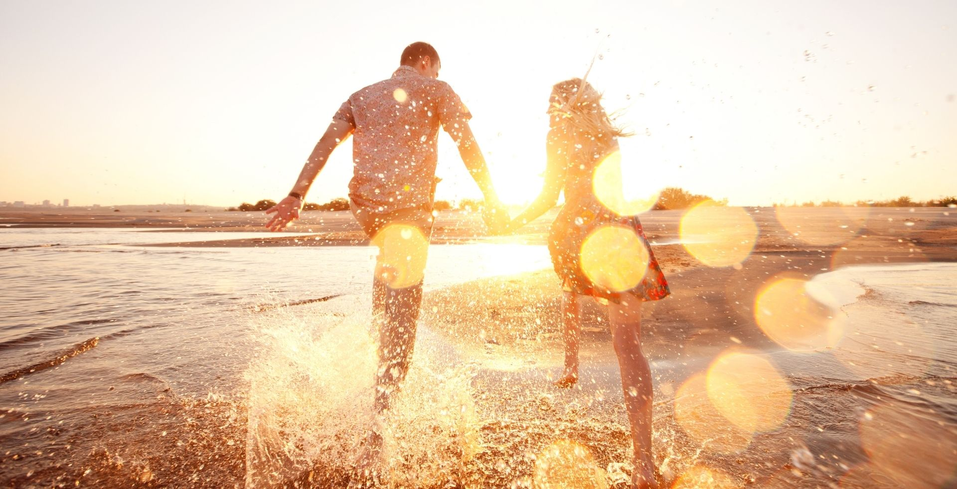 Pärchen am Strand beim Sonnenuntergang