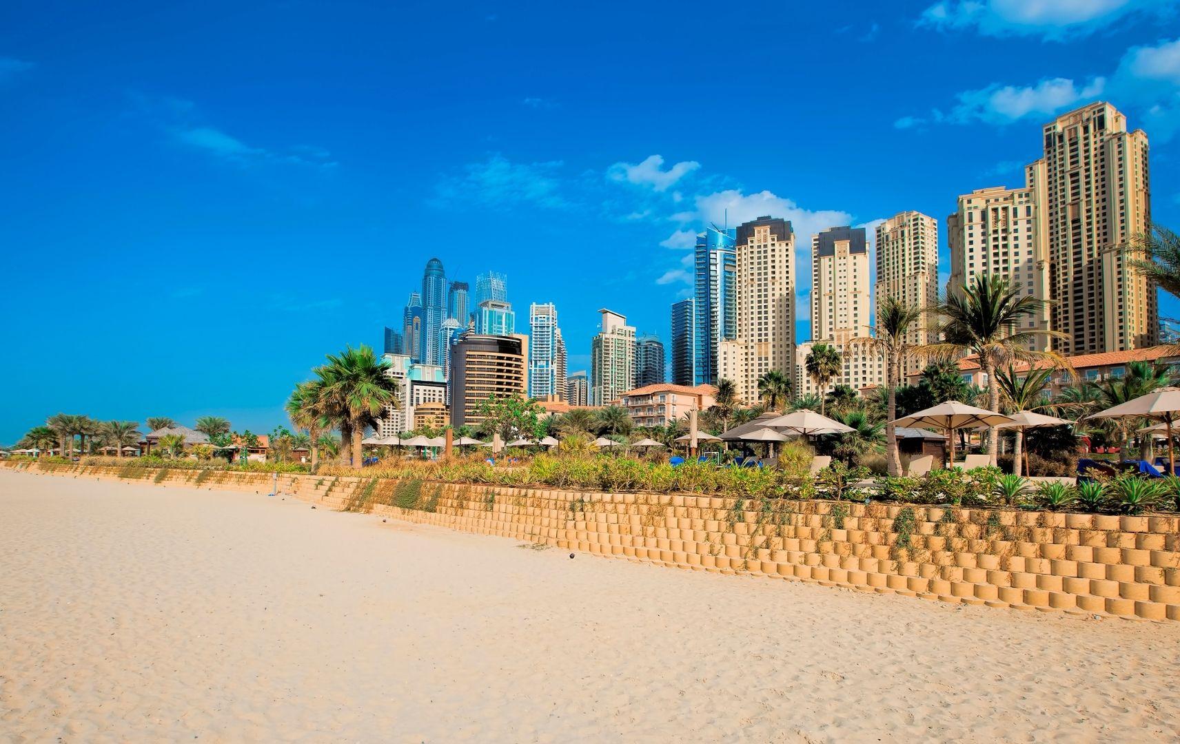 Jumeirah Beach Dubai Strand mit Skyline im Hintergrund