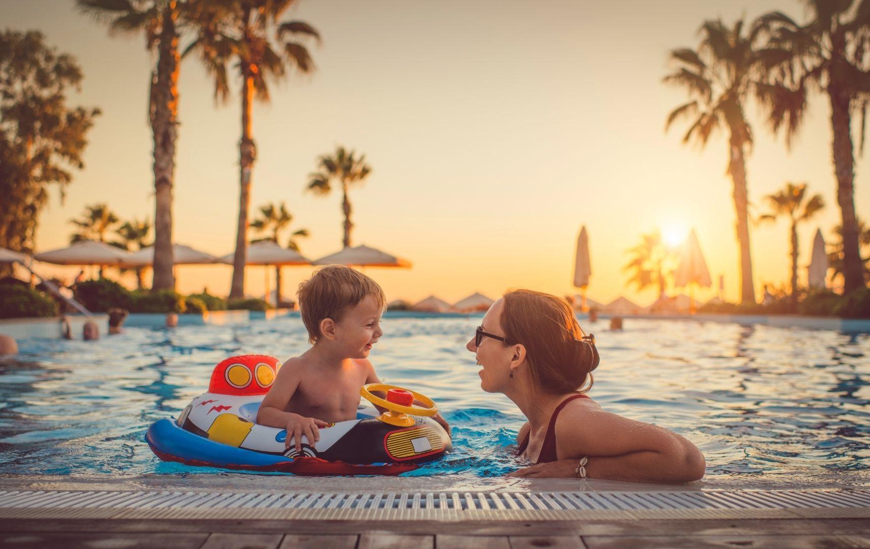Reiseziel Türkei - Mutter und Sohn im Pool