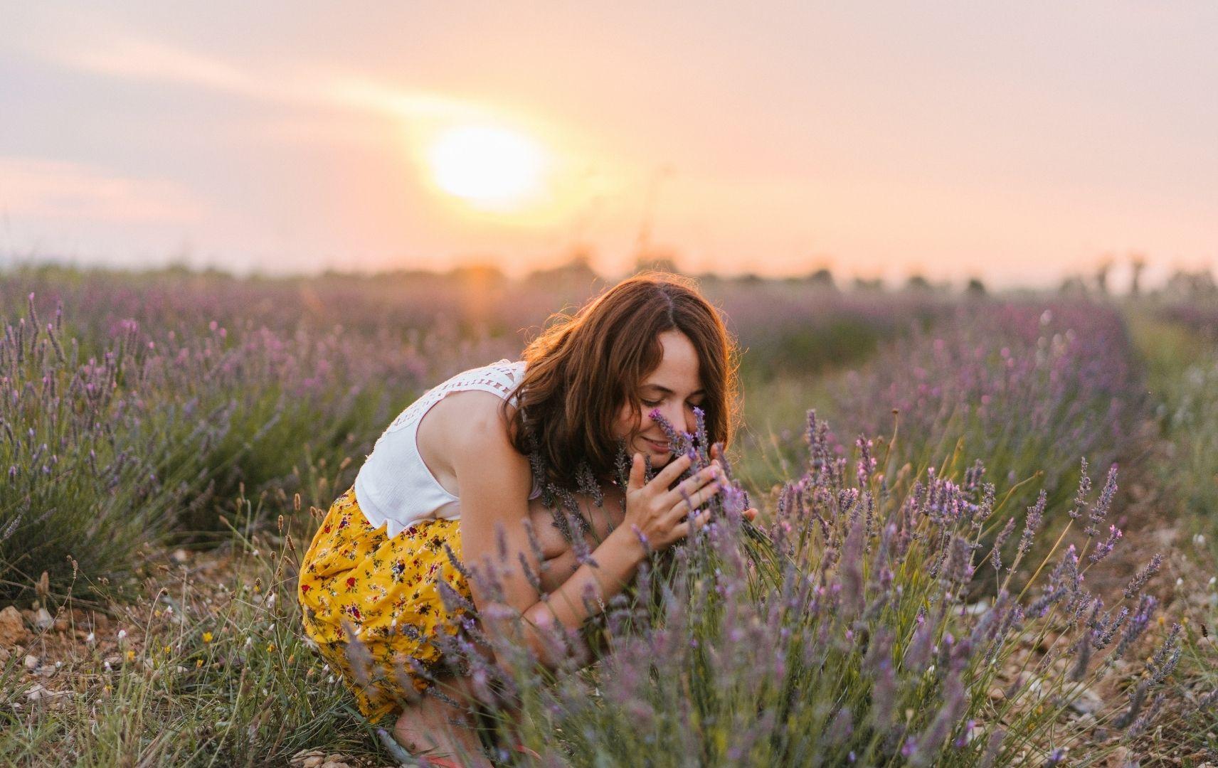 Frankreich Urlaub - Frau auf Lavendelfeld