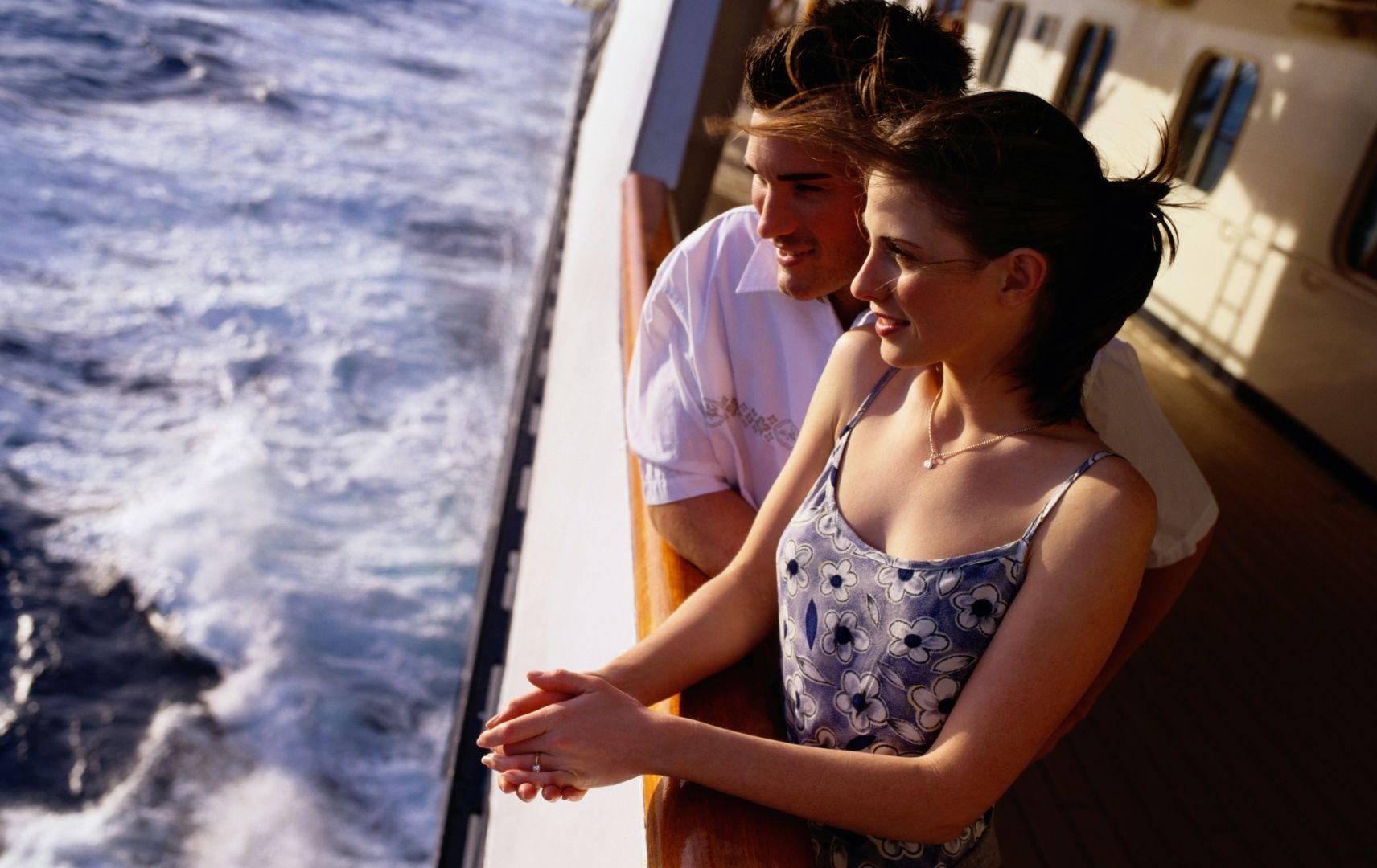 Kreuzfahrt - Paar an Bord blickt aufs Meer