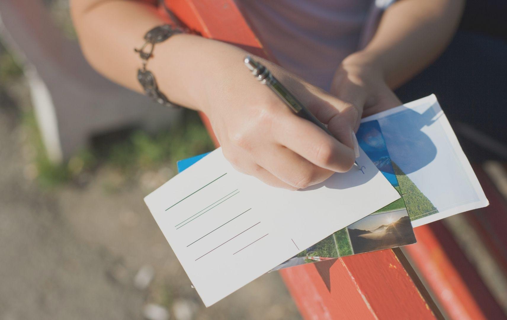 Kreuzfahrt - Frau schreibt Postkarte
