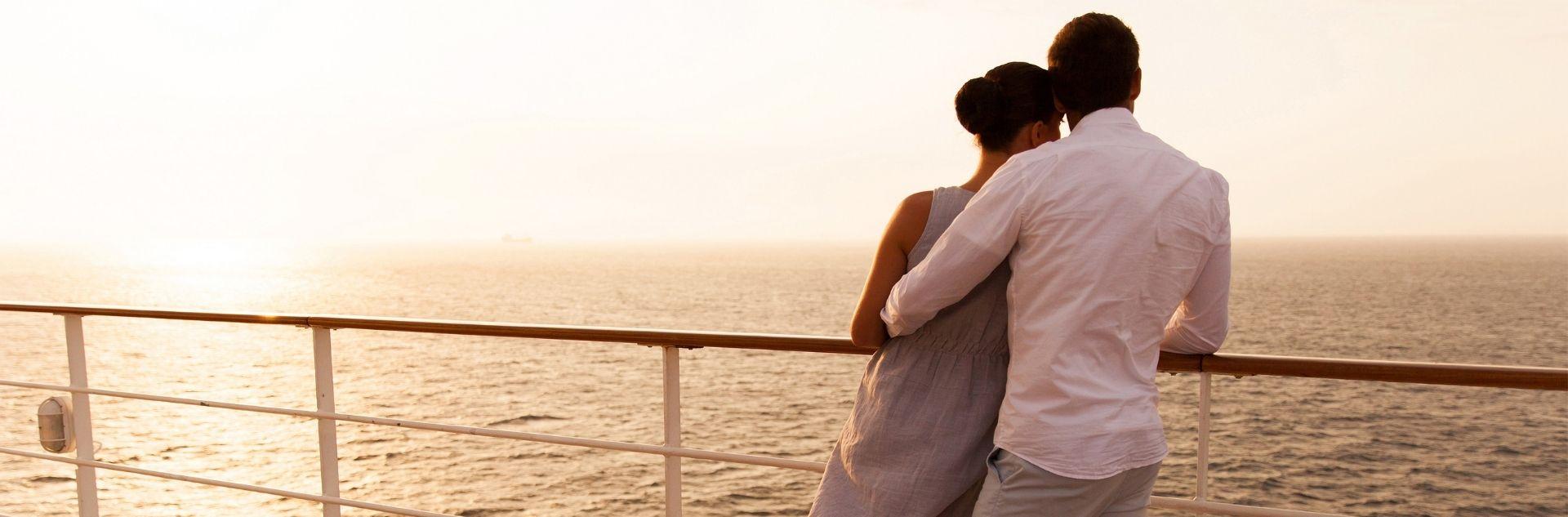 Kreuzfahrt - Paar auf Schiff - Sonnenuntergang
