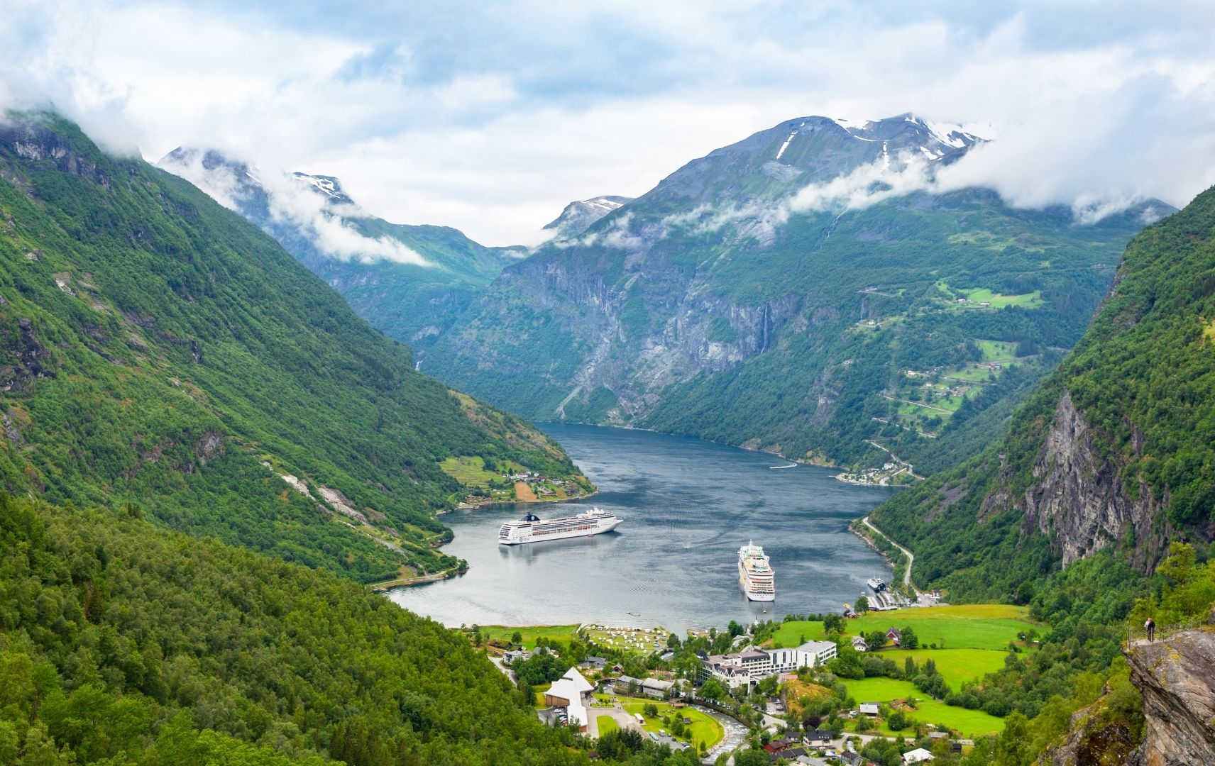 Kreuzfahrt top ten - Norwegen Berge und Hafen