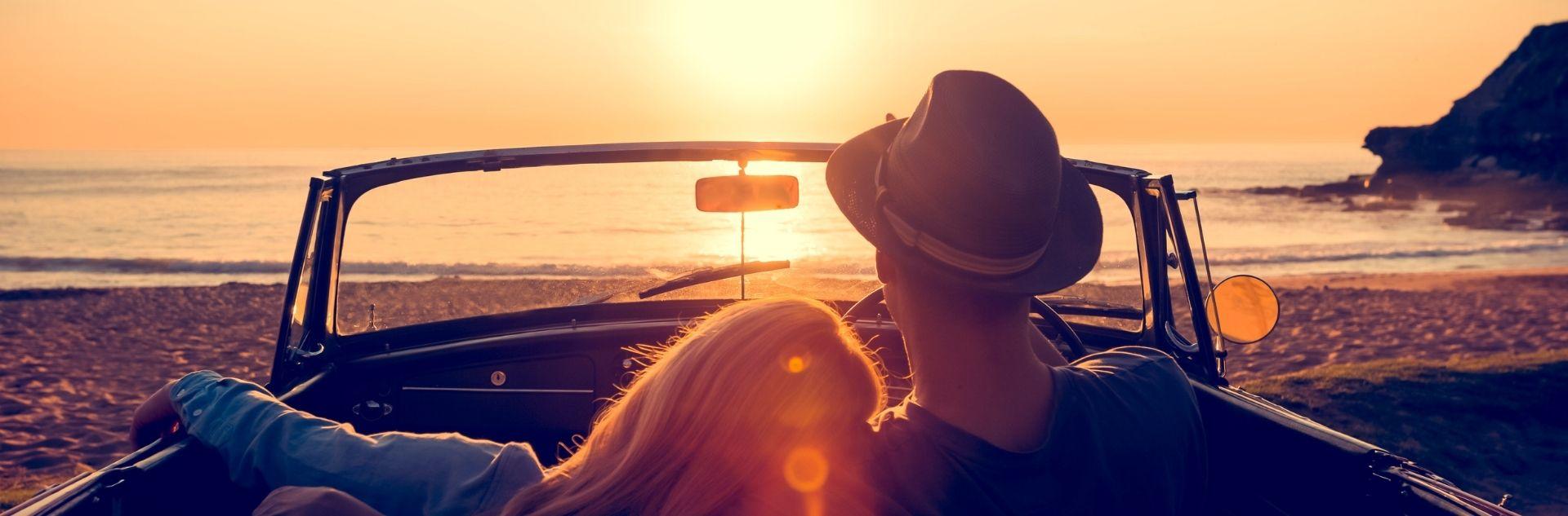 Paar im Auto am Strand