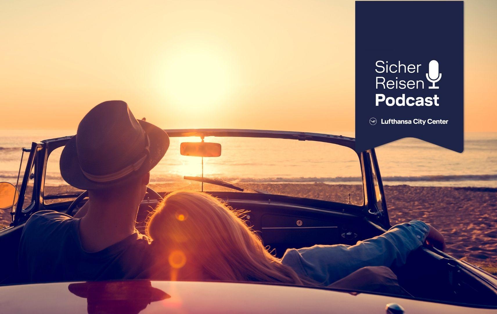 Pärchen im Auto im Urlaub, Sicher Reisen Podcast
