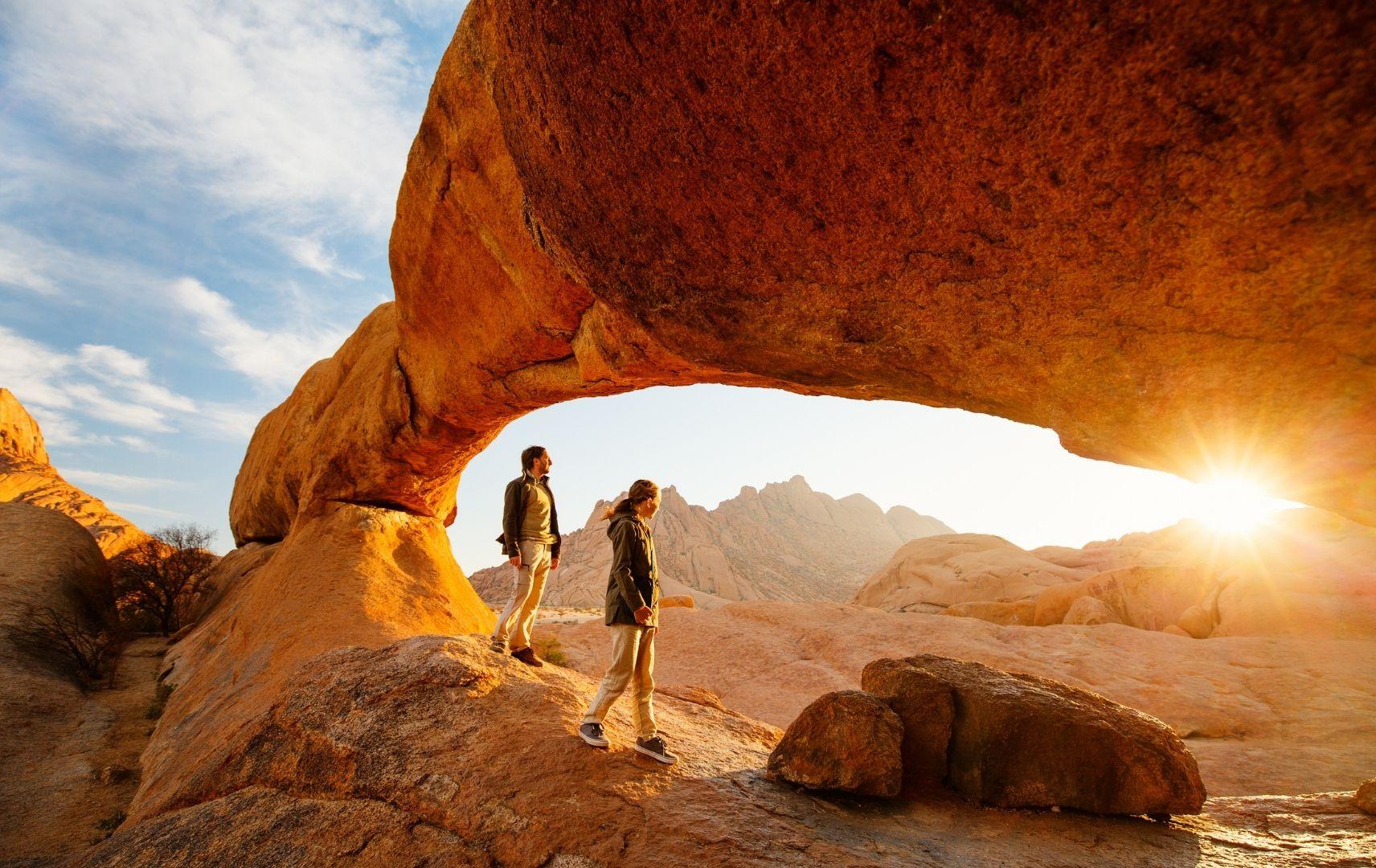 Personen wandern in Namibia