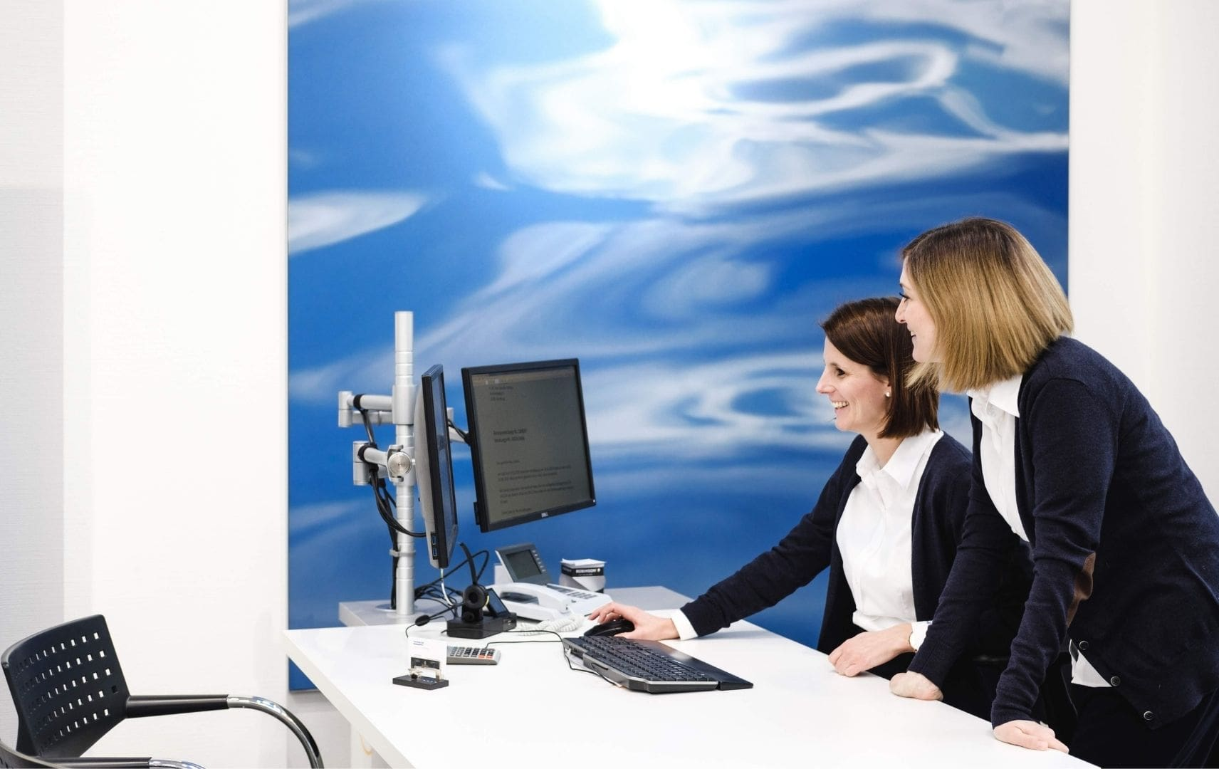 Zwei Frauen arbeiten am Computer am Schreibtisch