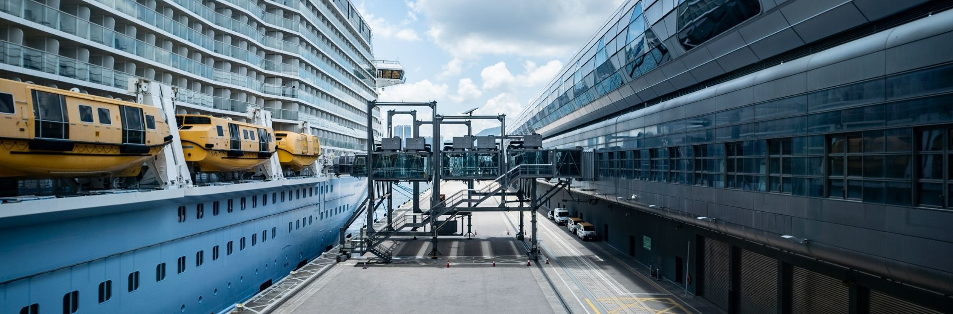 Packliste - Schiff lädt Koffer ein