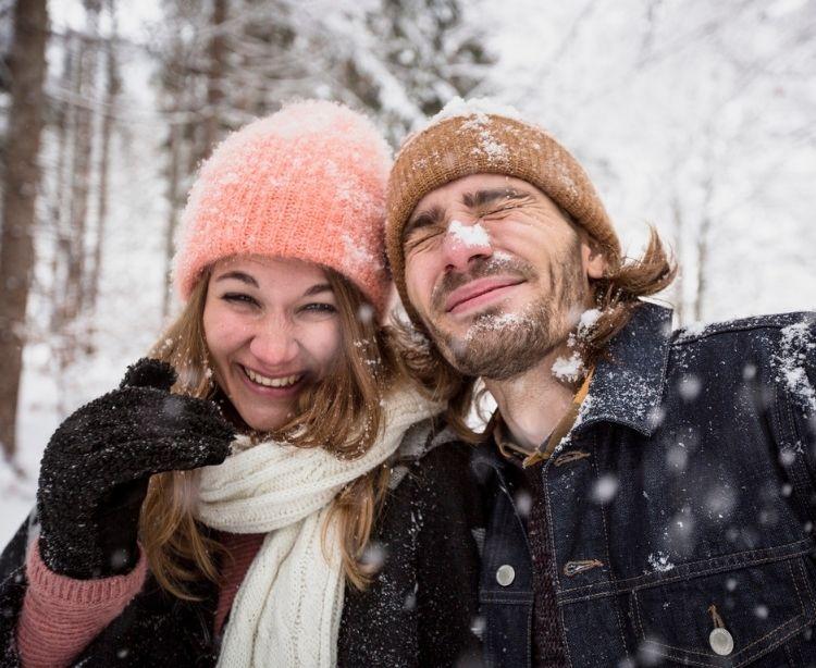Pärchen im Schnee Winterurlaub