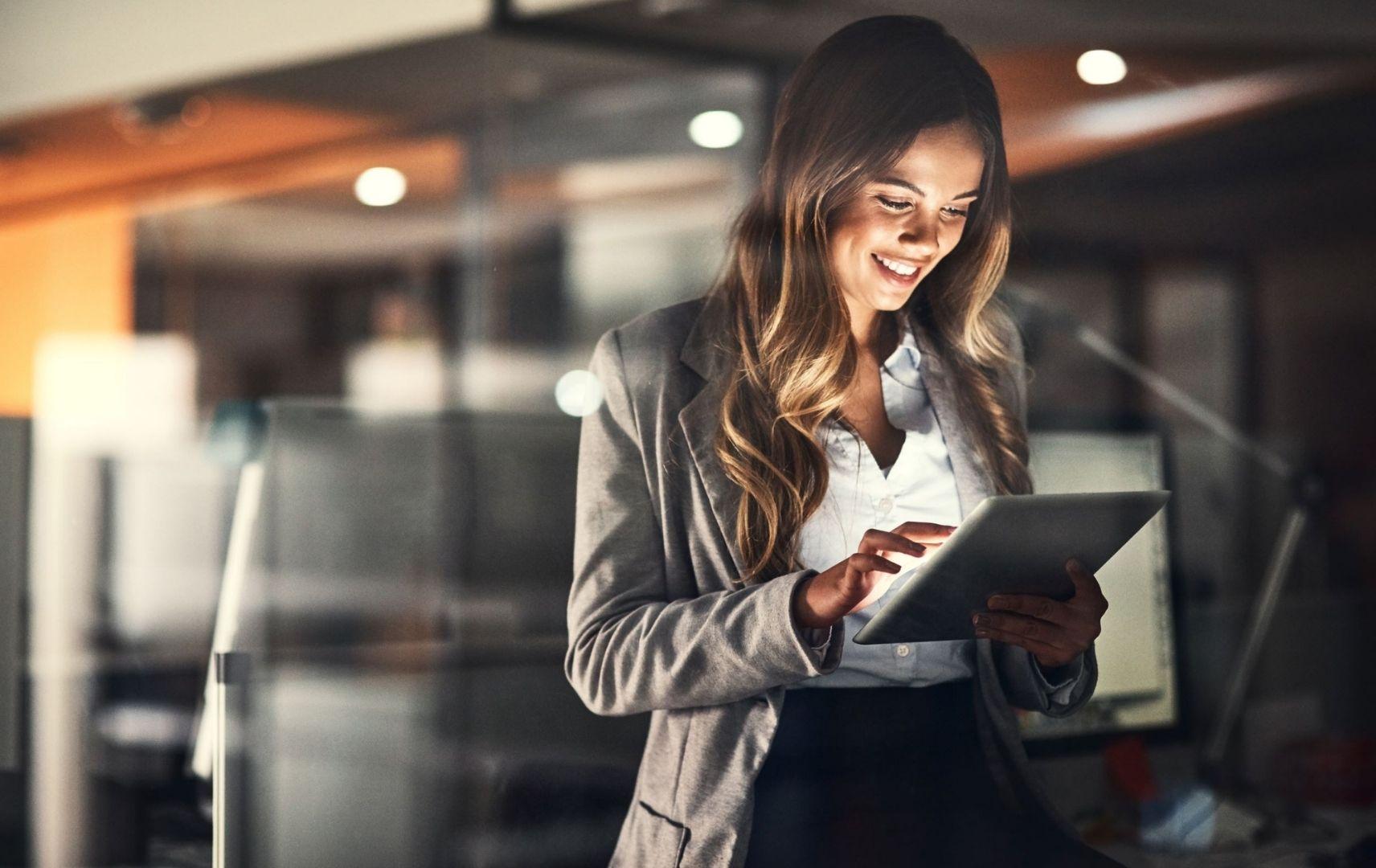 Prozessoptimiertes Travel Management - junge Geschäftsfrau am Tablet