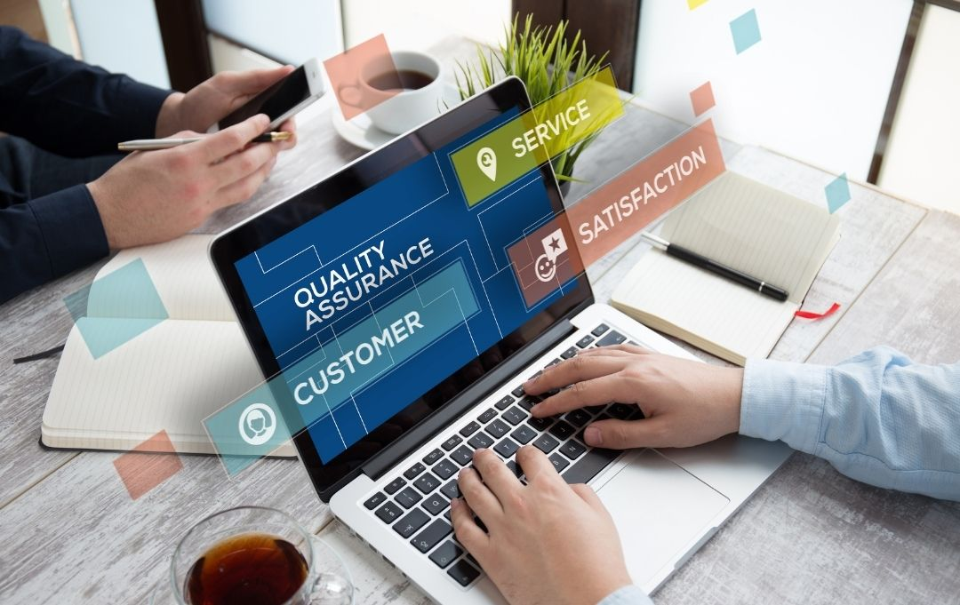 Qualitätsversprechen Kundenzufriedenheit - Mann am Laptop
