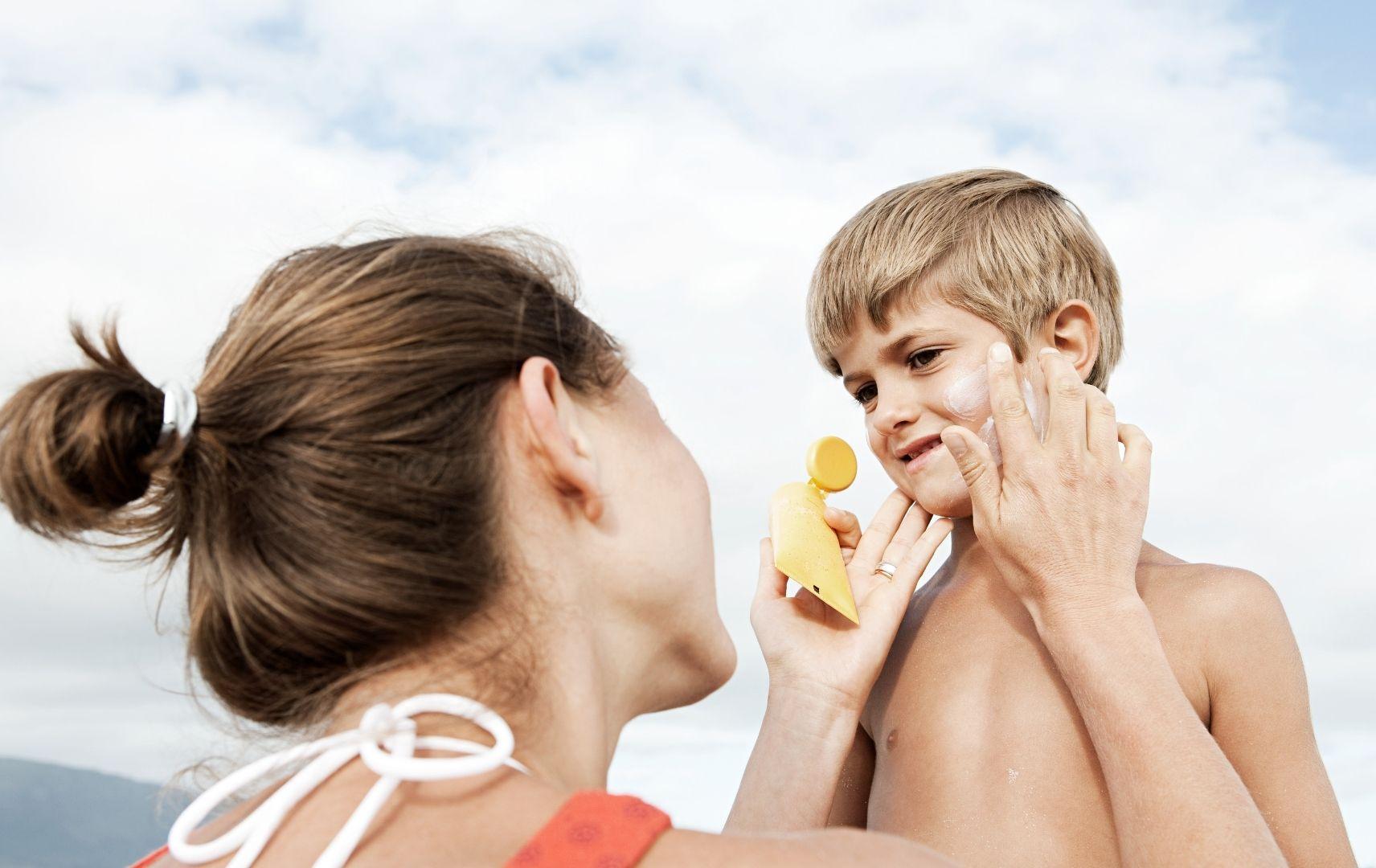 Reisen mit Kindern - Mutter und Sohn Sonnencreme