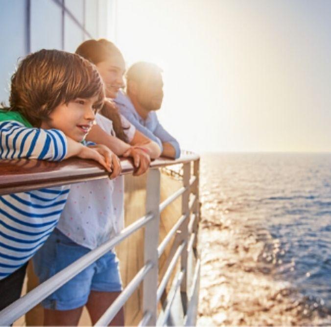 Familie blickt gemeinsam auf das Meer