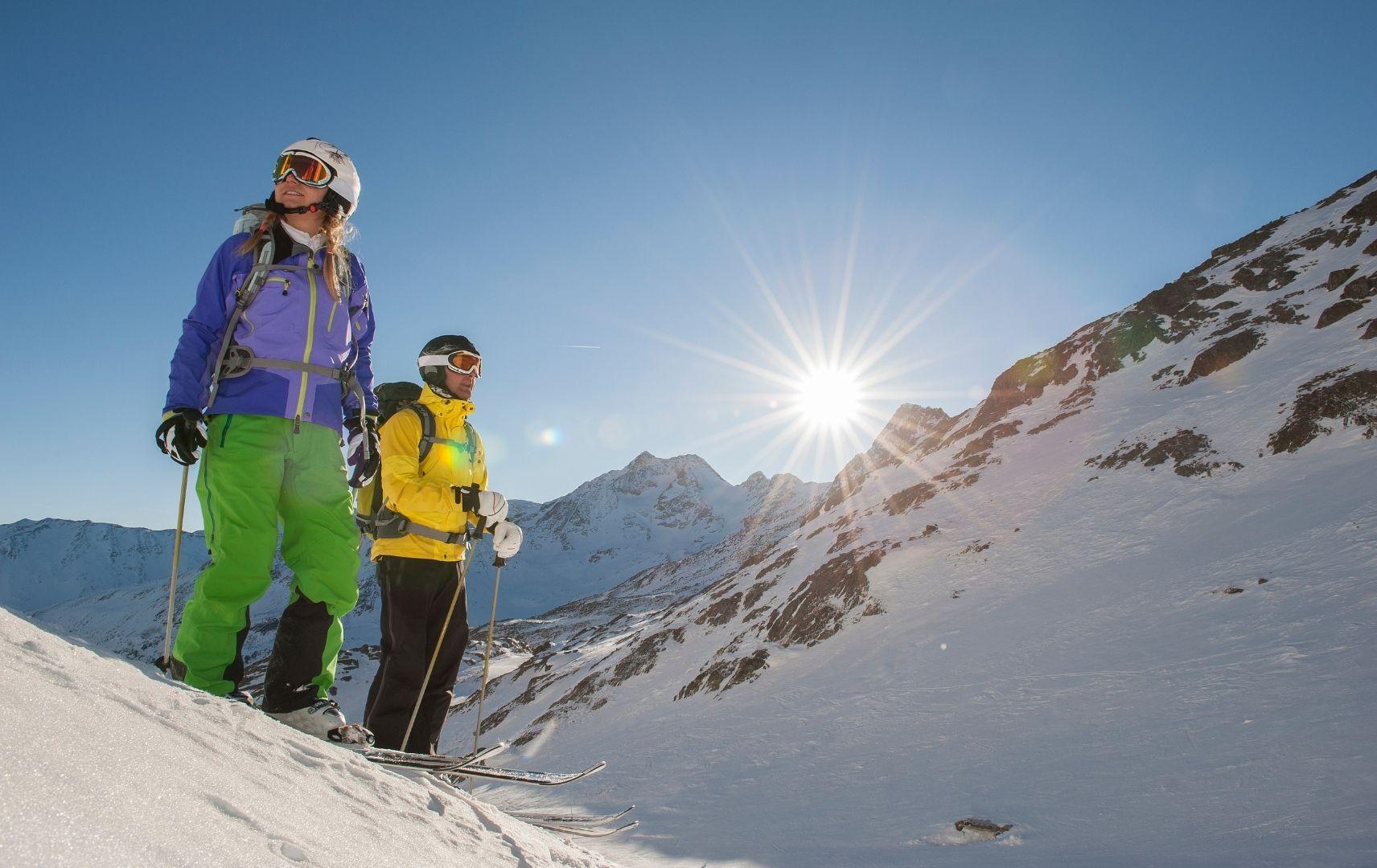 Mann und Frau mit Ski Ausrüstung auf Berg mit Schnee