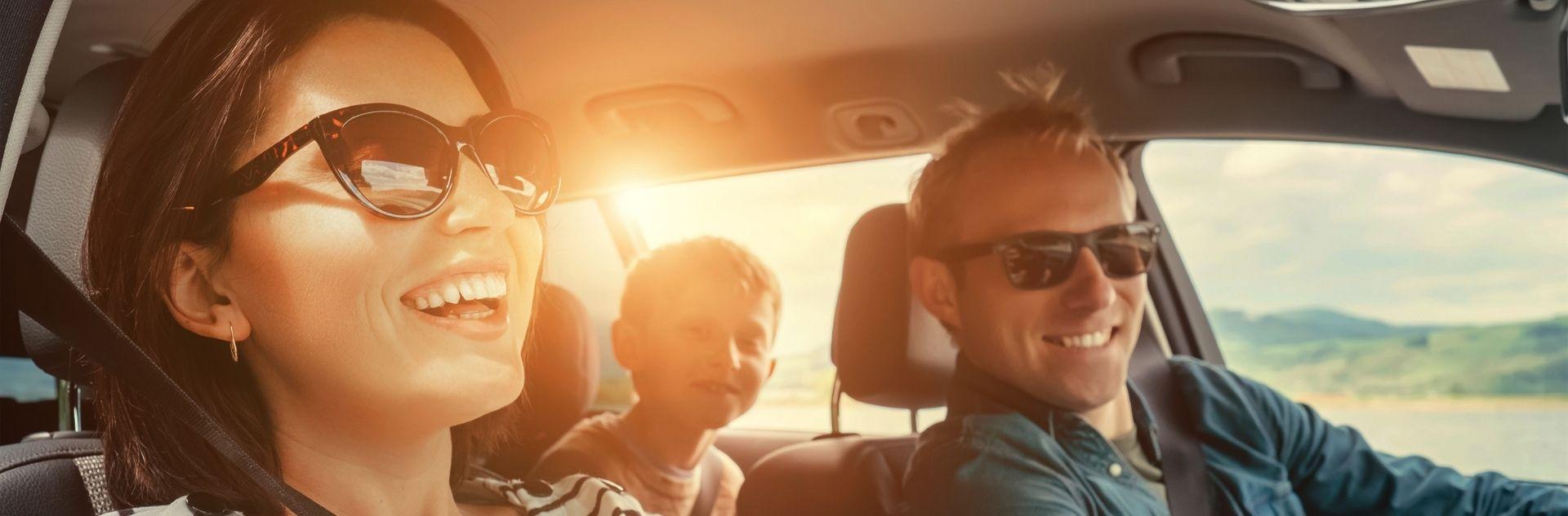 Städtetrips mit Kindern - Familie im Auto