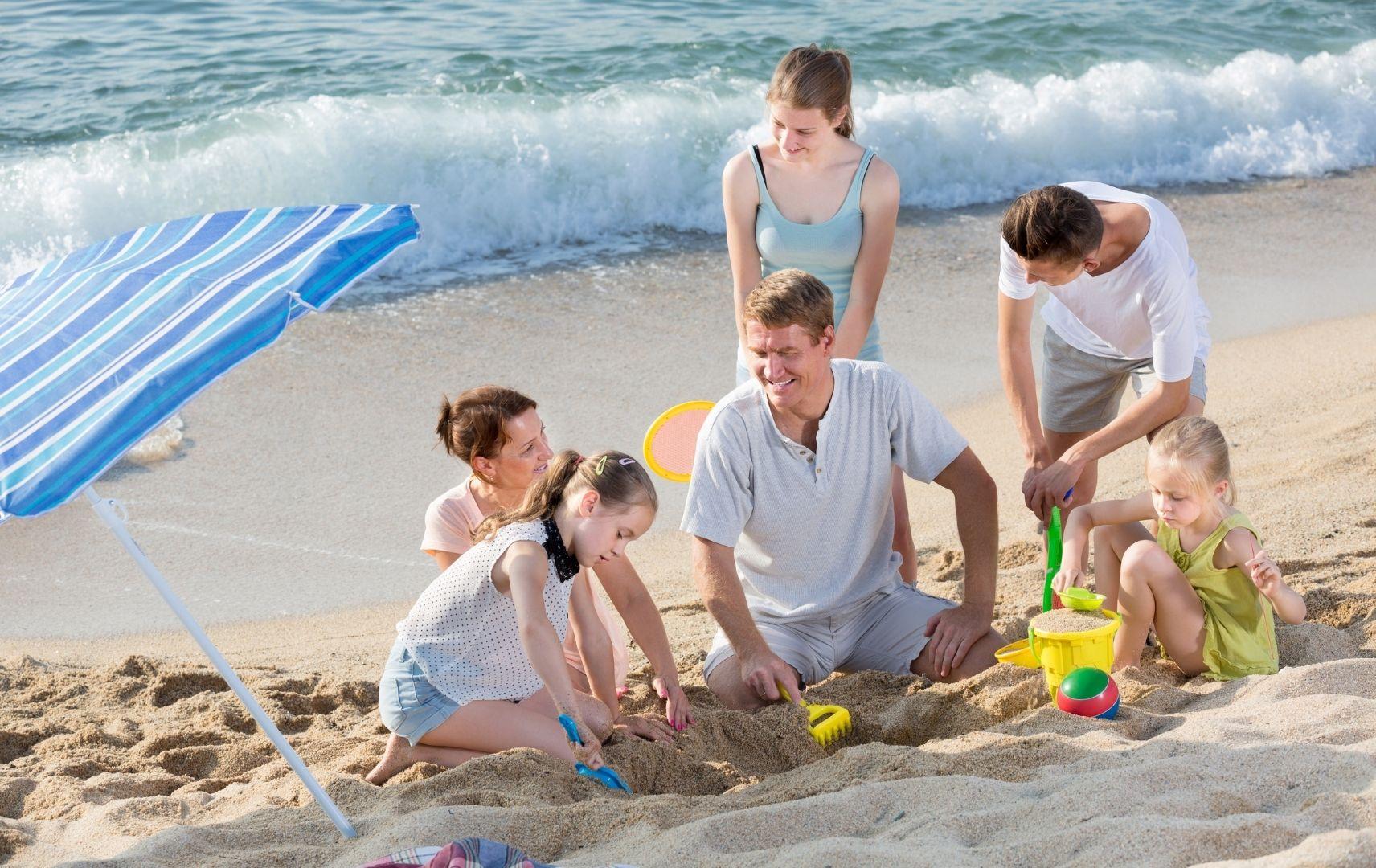 Strandspiel - Familie am Strand