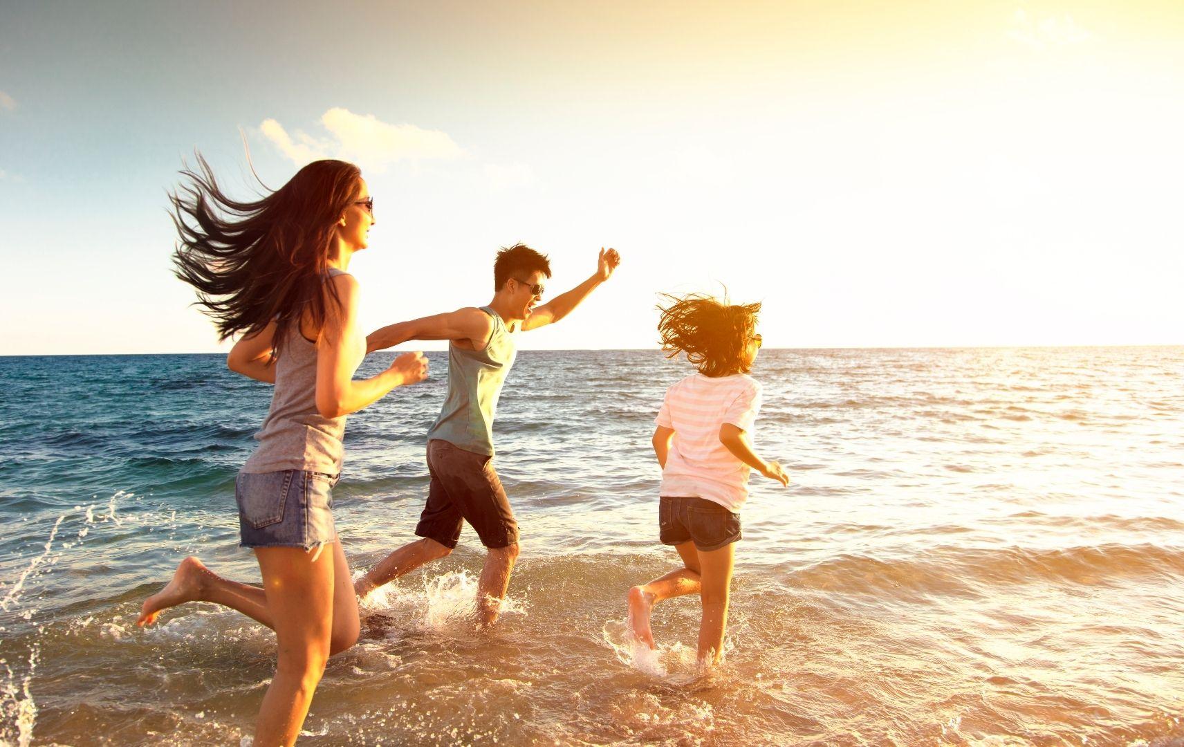 Strandspiel - Kinder rennen am Strand