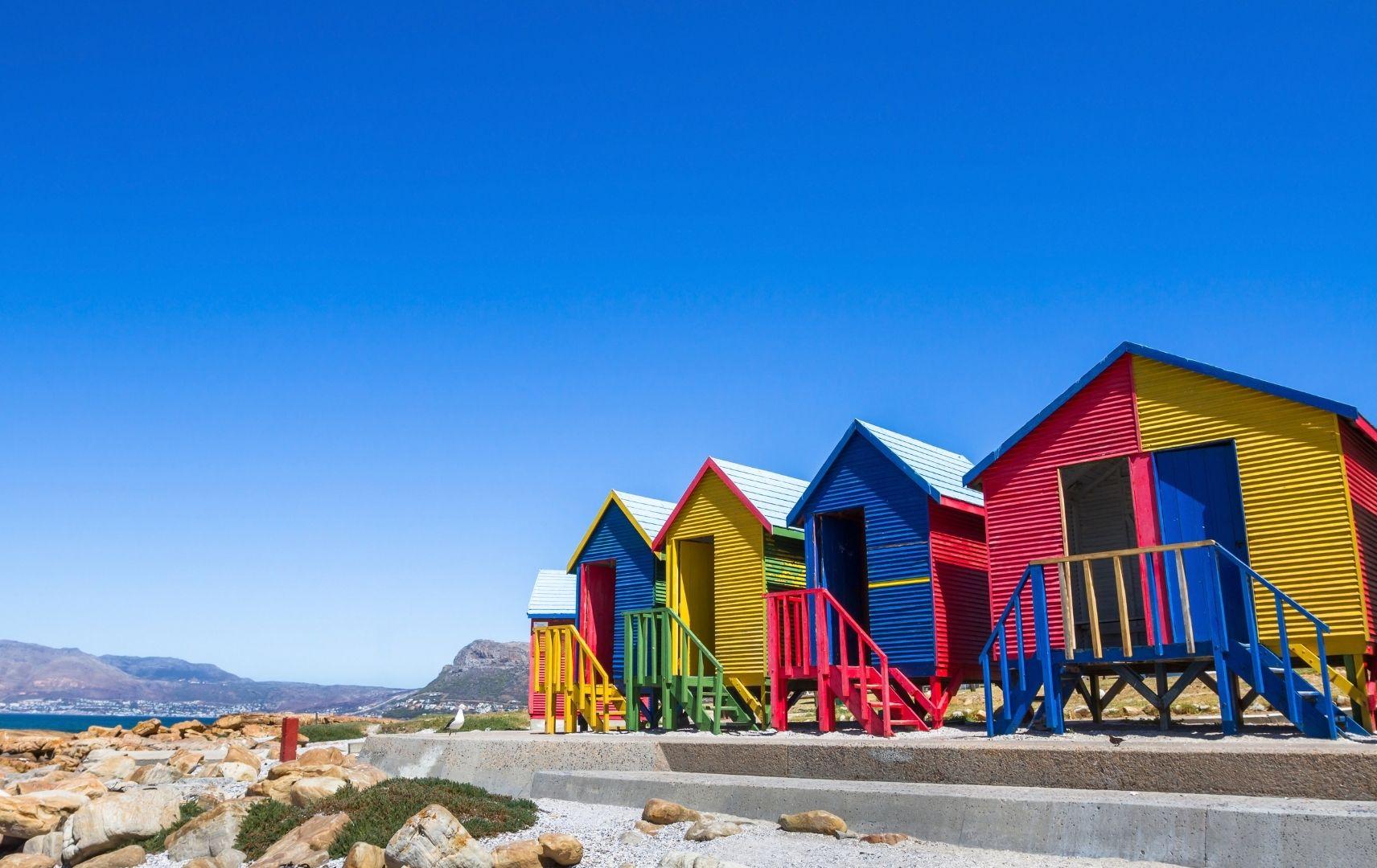 Bunte Strandhäsuer in Kapstadt