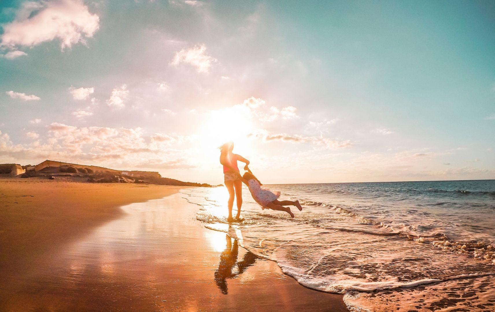 Kanaren - Strand - Frau mit Kind