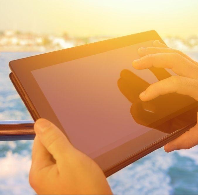 Hand hält Tablet Finger zeigt auf Bildschirm