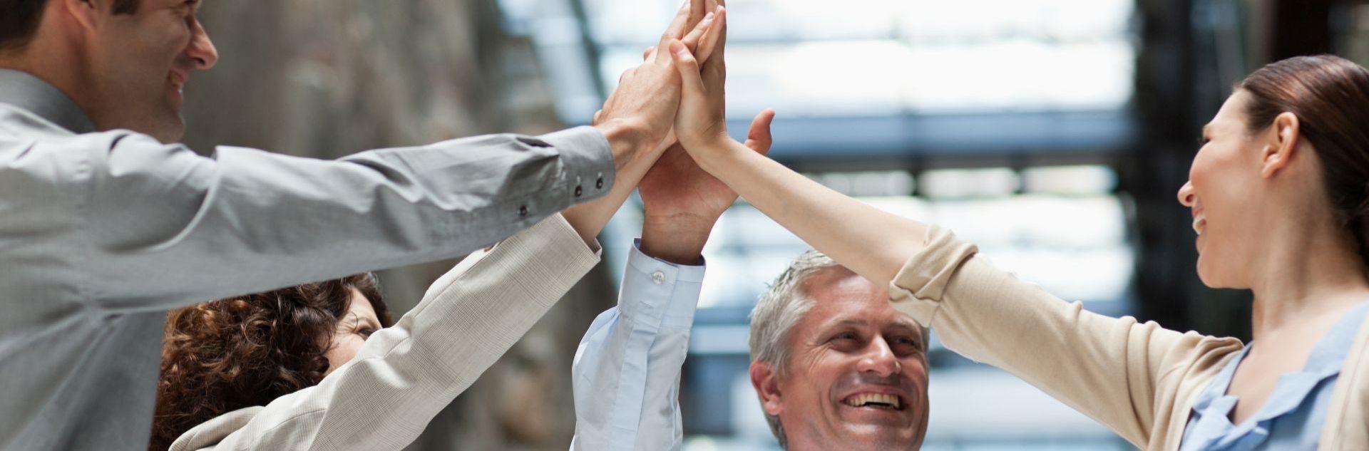 Verlässliche Partner Erfolgreiches Team reicht sich die Hände