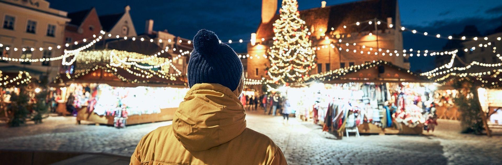 Weihnachten - Mann auf Weihnachtsmarkt