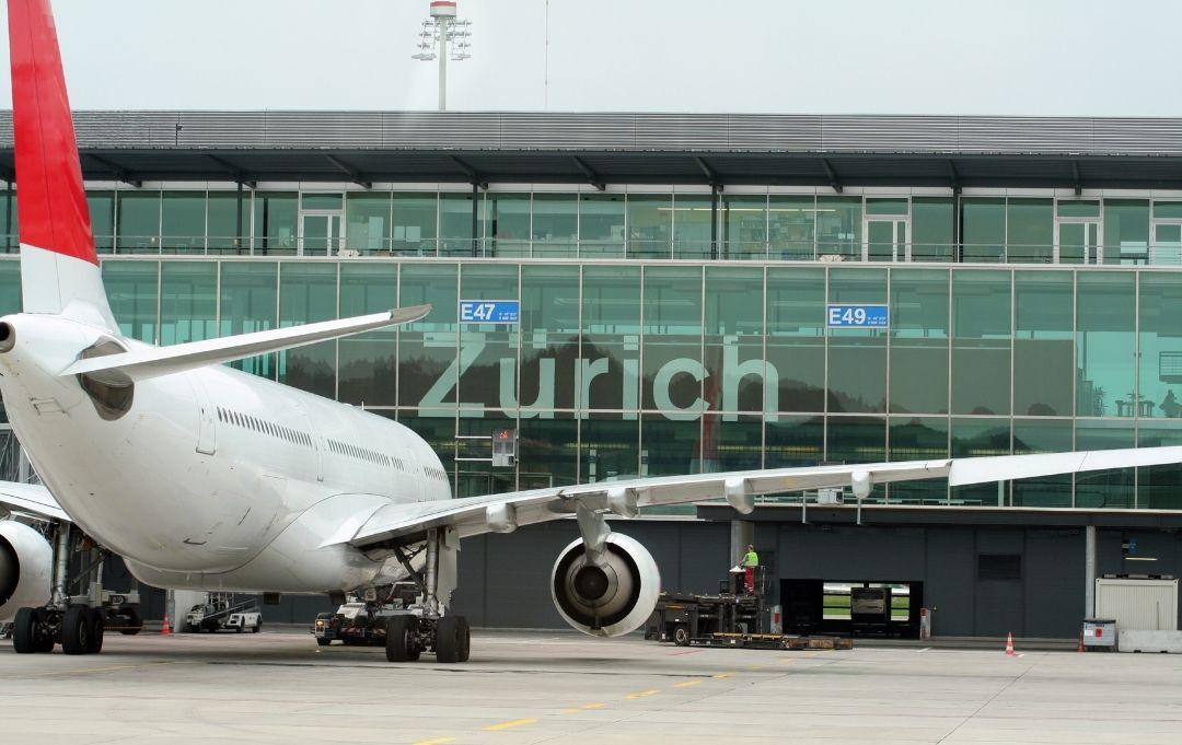 Zürich Flughafen Flugzeug vor Terminalgebäude