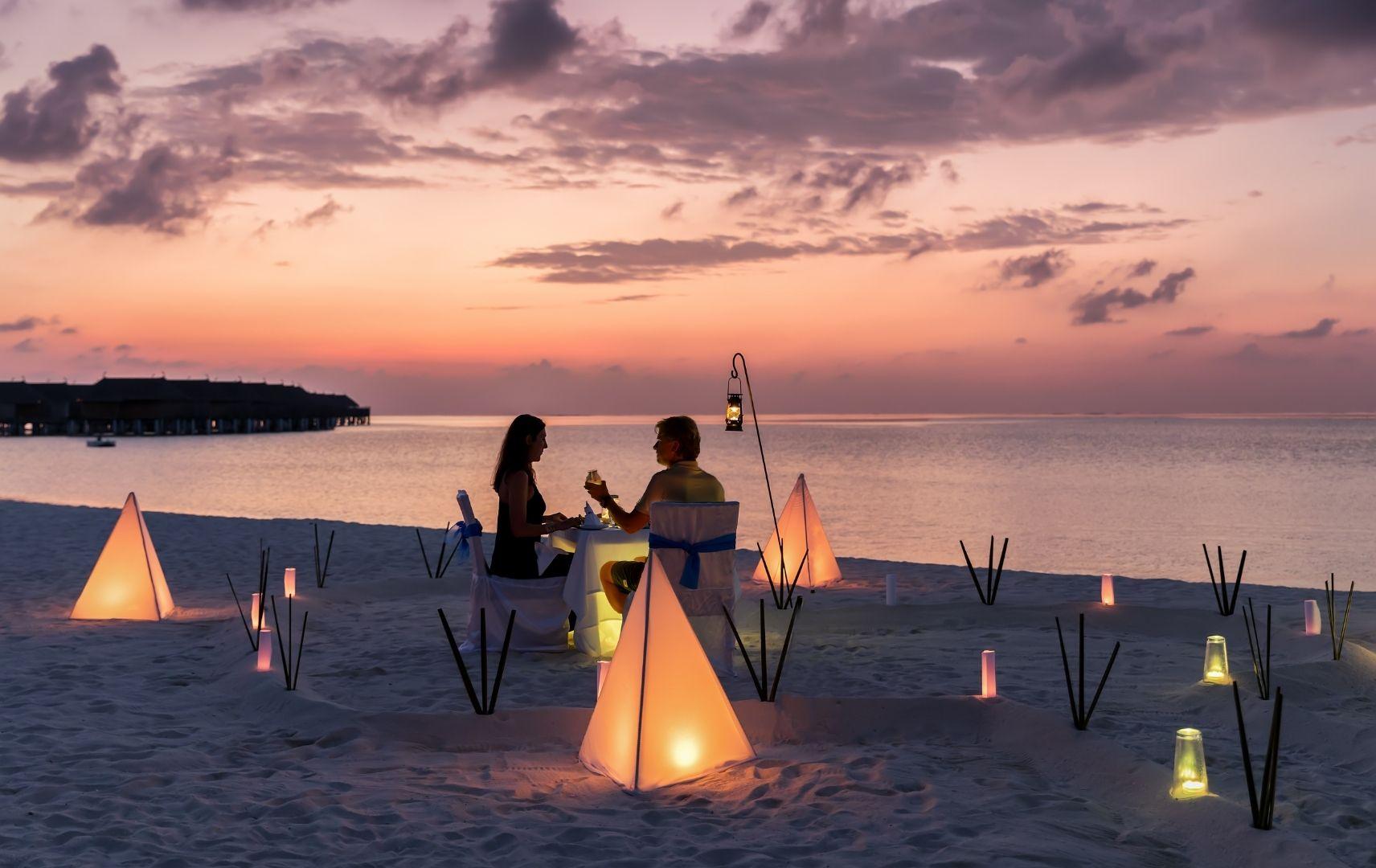 Paar beim Dinner am Strand, Sonnenuntergang
