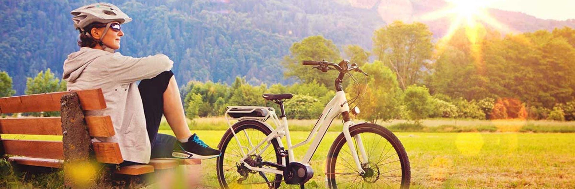 Belvelo Reisen, Frau im Grünen mit Fahrrad