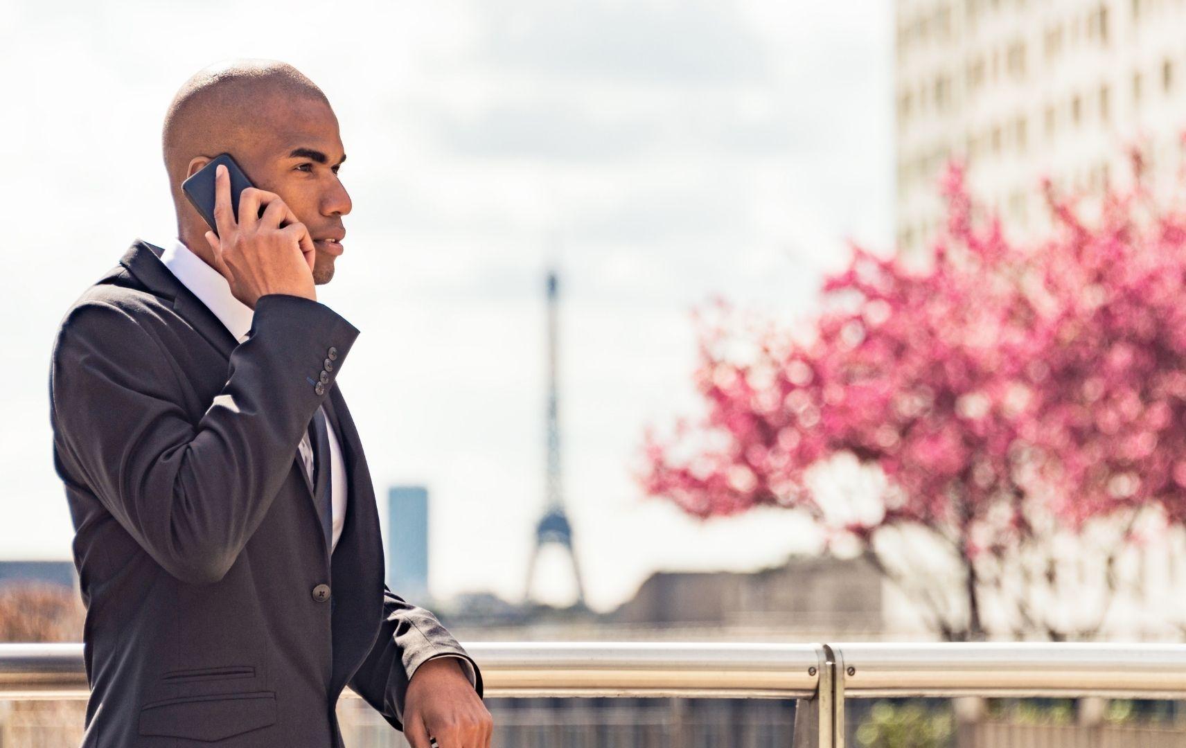Business Mann in Paris am telefonieren