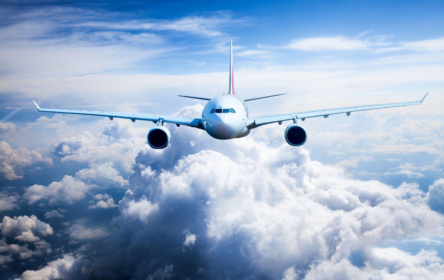 Flugzeug in der Luft von vorne