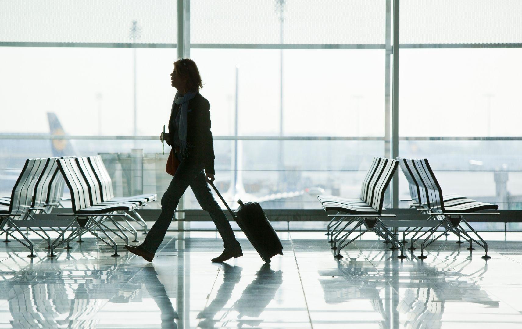 Frau mit Koffer am Münchener Flughafen