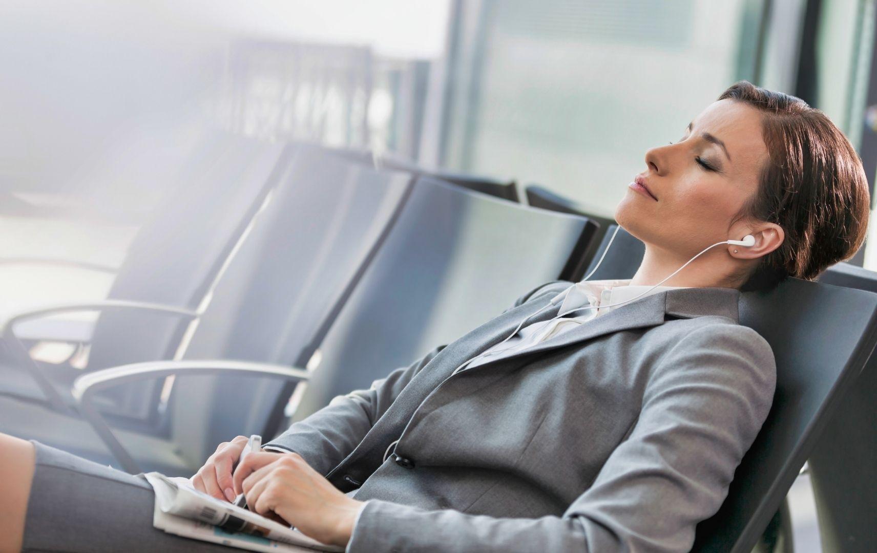 Frau entspannt am Flughafen