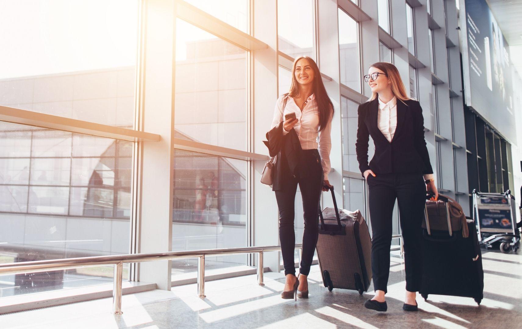 Geschäftsreisende Frauen am Flughafen