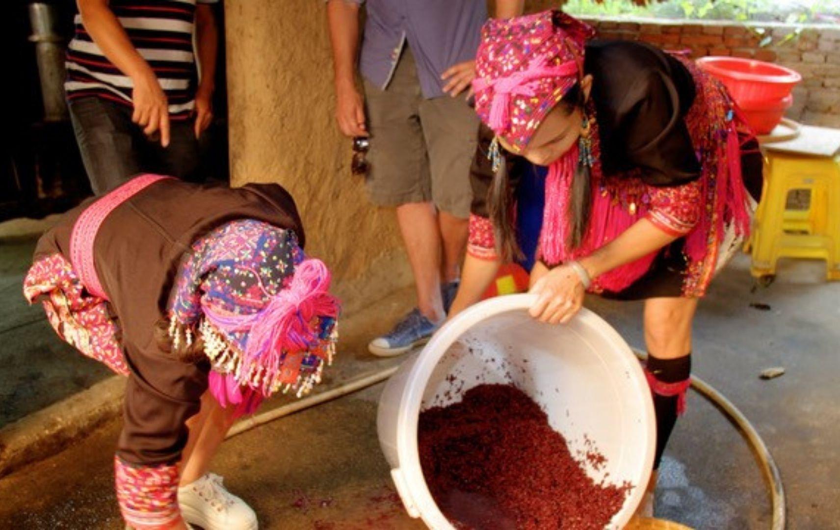Hainan Miao People bei der Weinherstellung