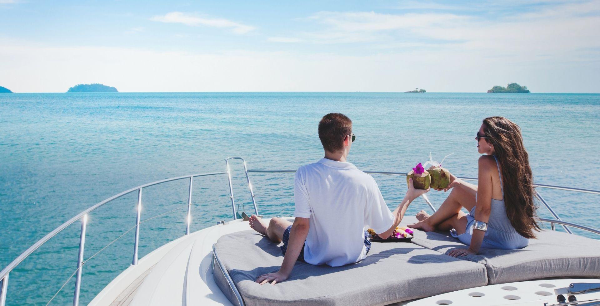 Pärchen auf Yacht mit Blick aufs Meer