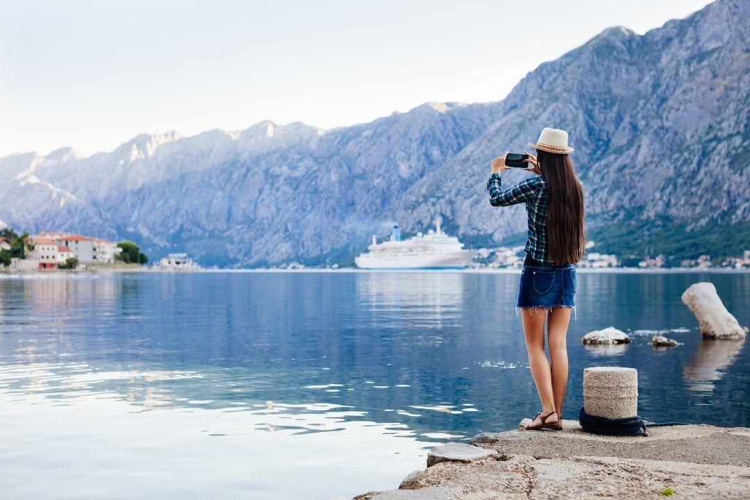 Junge Frau am Hafen mit Smartphone