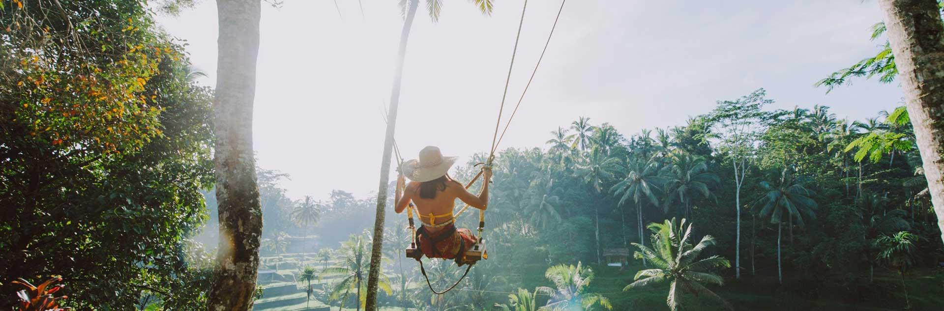 Junge Frau schaukelt auf Bali