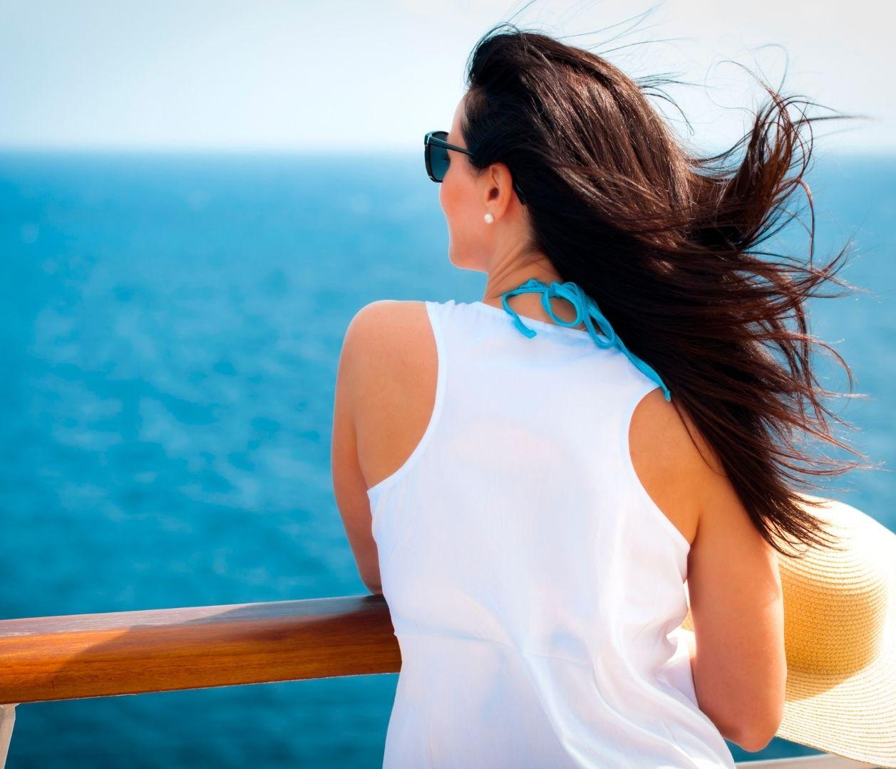 Kreuzfahrt Frau schaut aufs Wasser