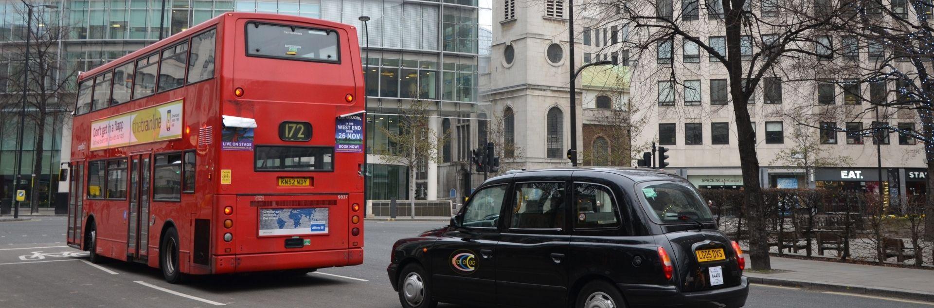 roter Doppeldeckerbus und schwarzes Taxi in der Londoner City