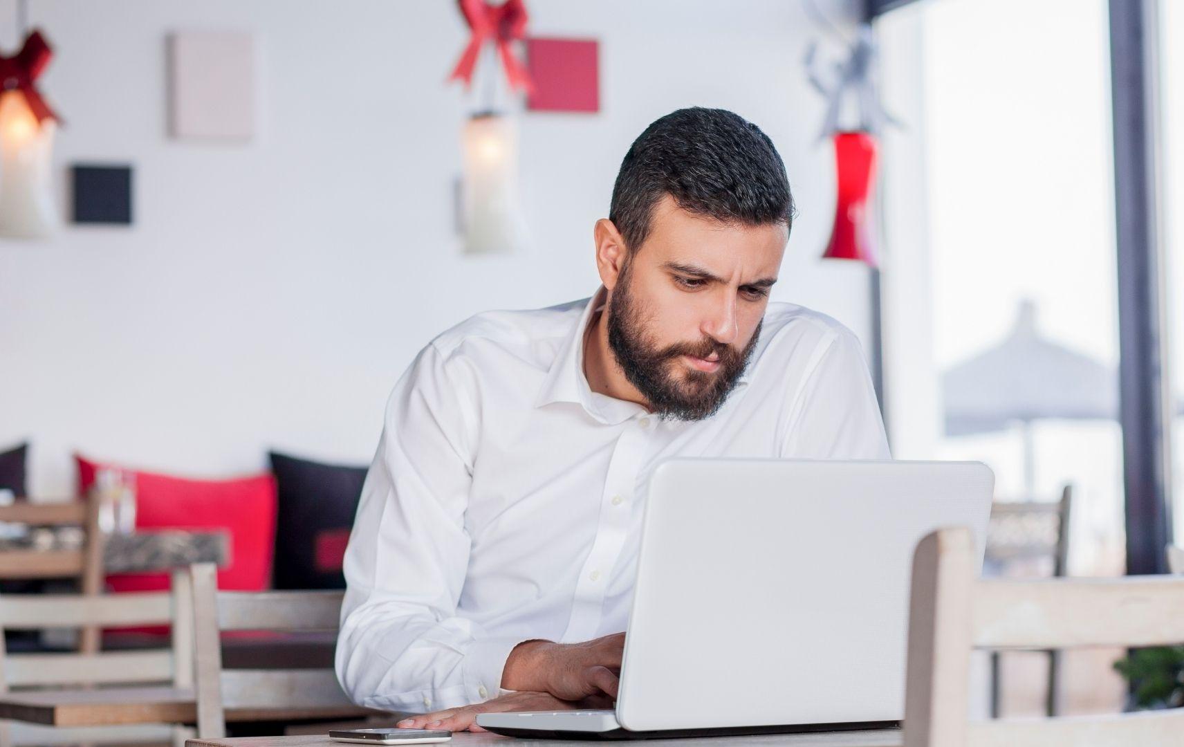 Mann lernt am Computer