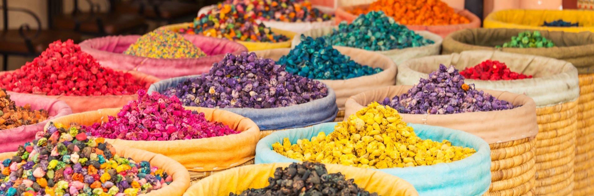 Souk Marrakesch mit bunten Gewürzen