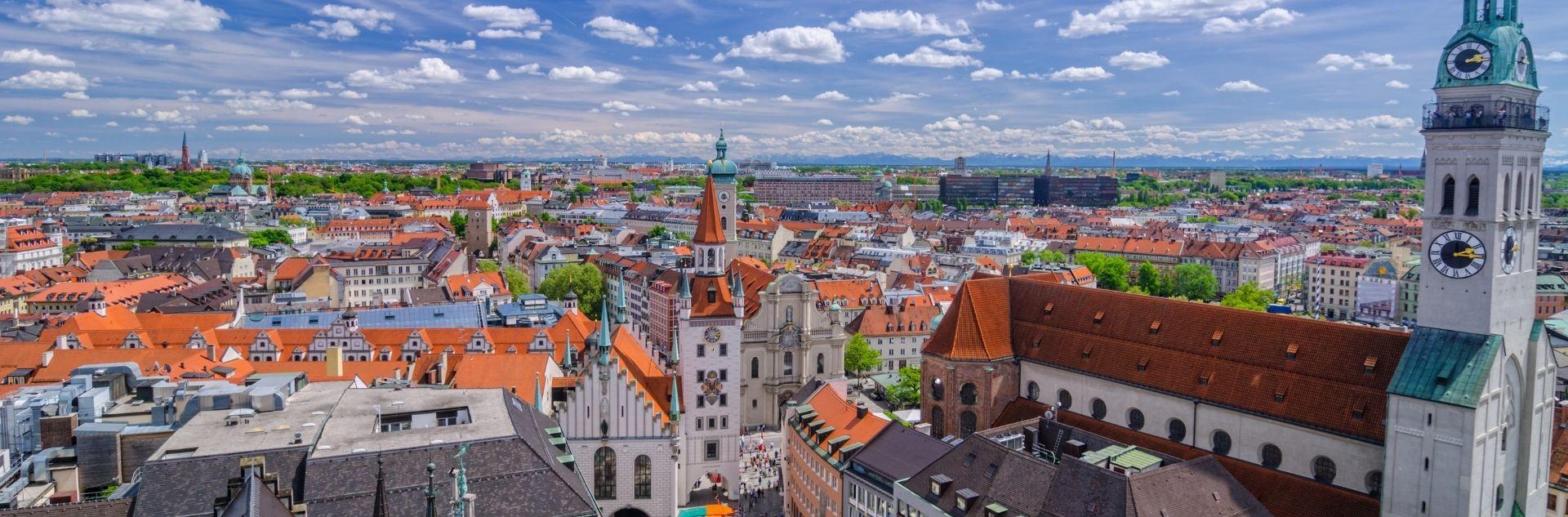 München von oben mit Alpen