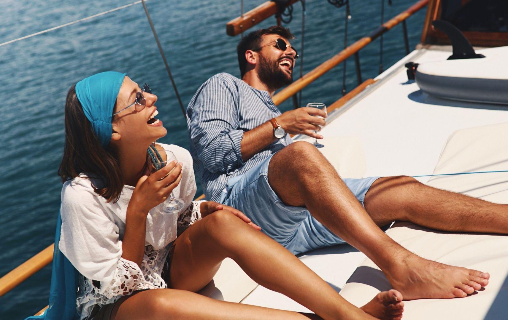 Paar auf Segelboot mit Getränken
