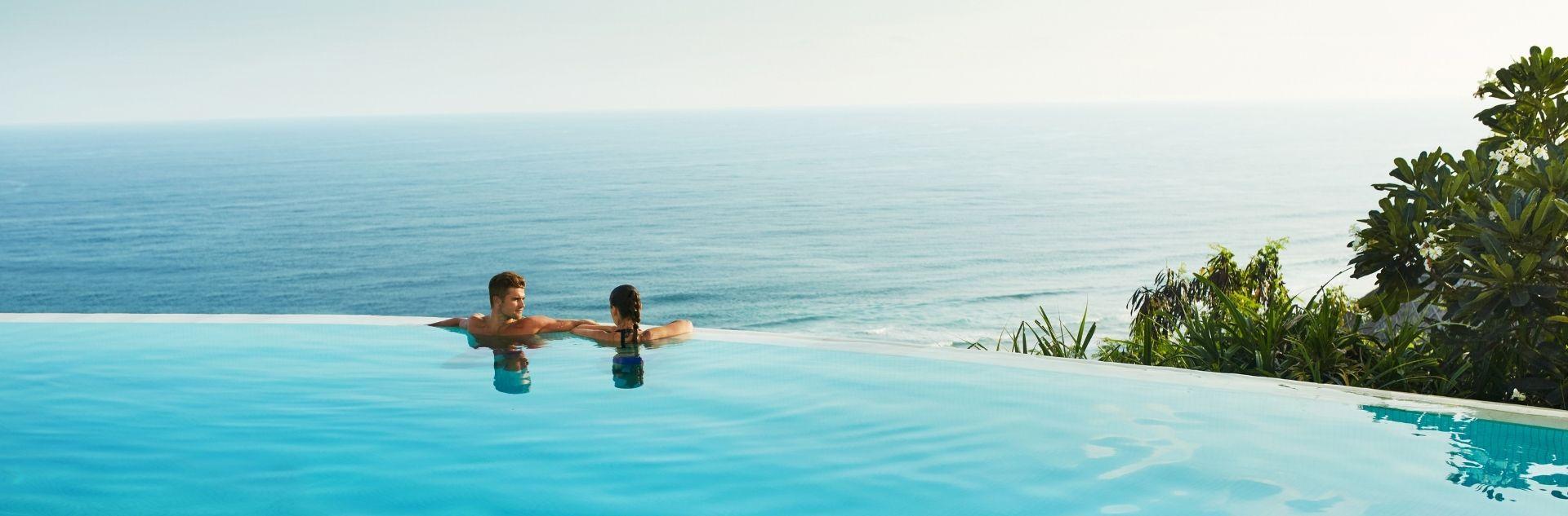 Paar im Infinity Pool -Urlaubsideen entdecken