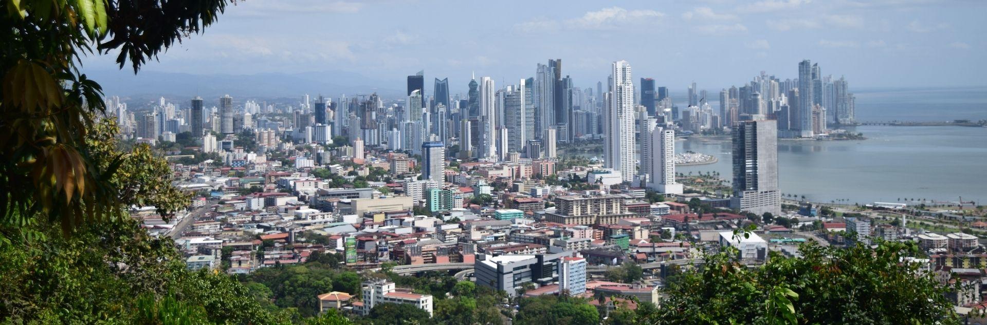 Panoramablick auf die Skyline von Panama City mit Hochhäusern