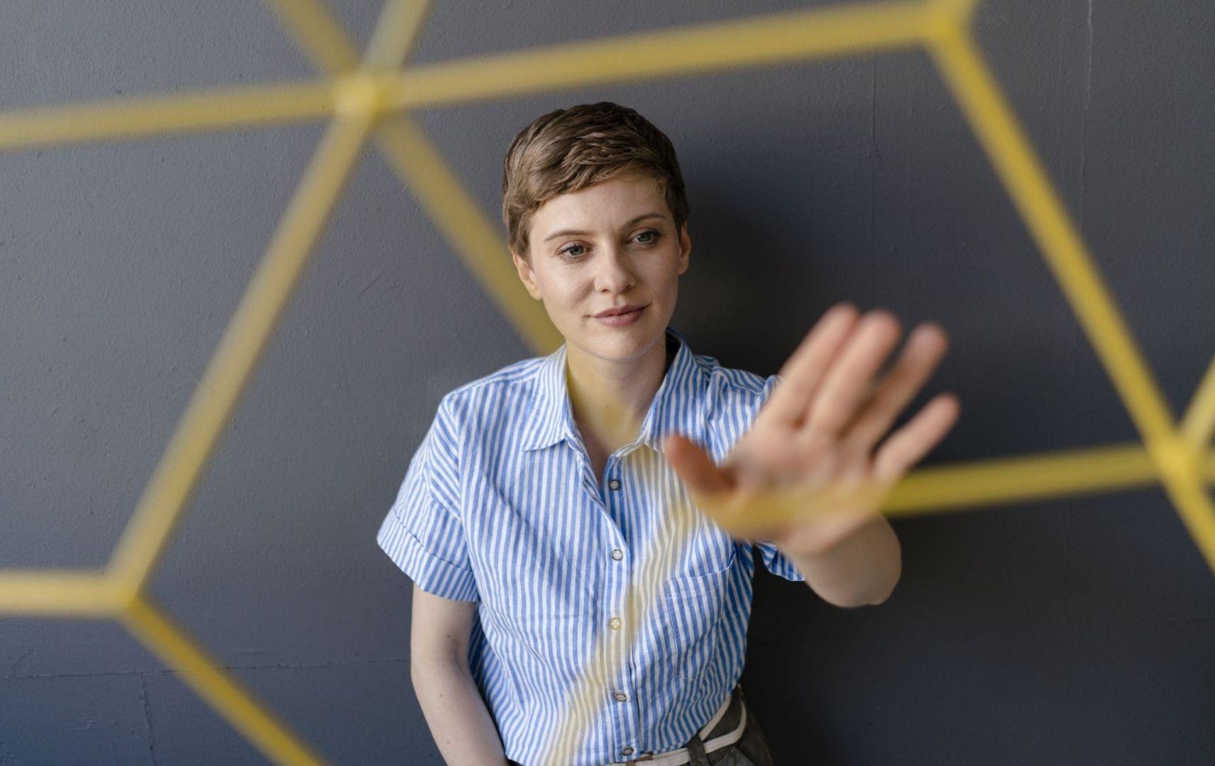 Frau hebt Hand und blickt nach vorn Netz Struktur