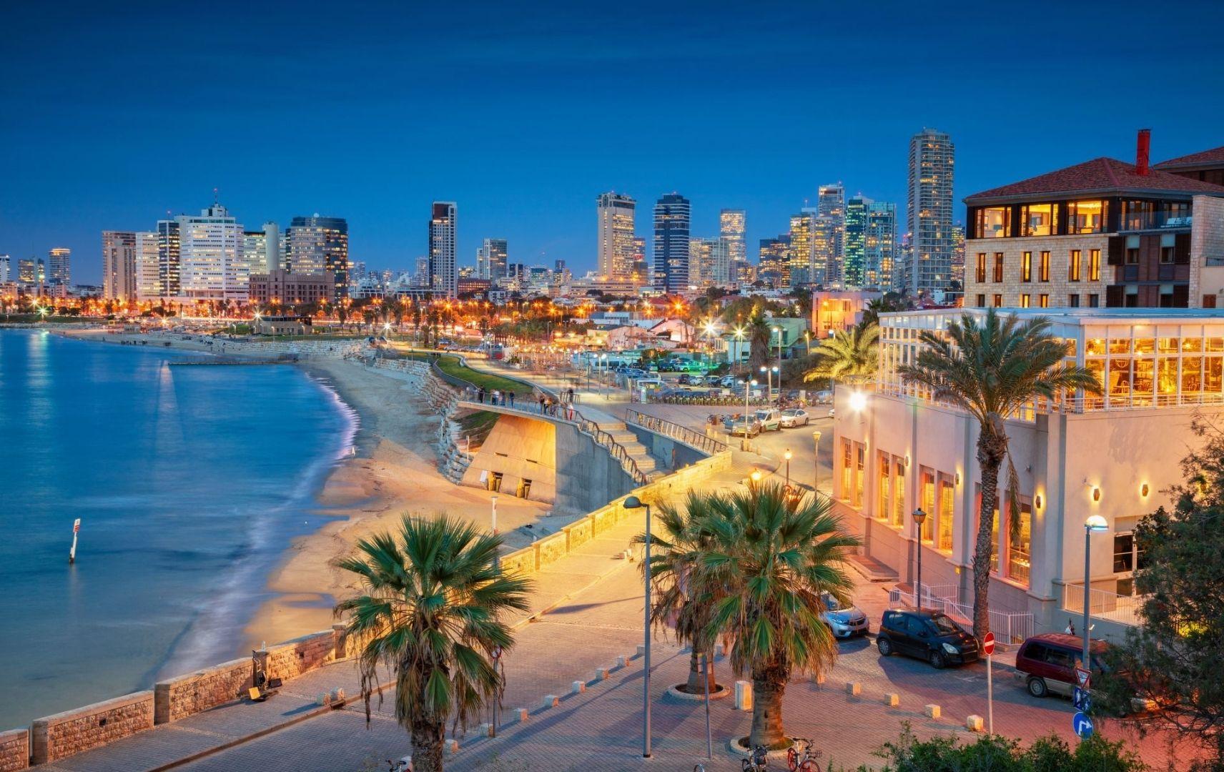 Tel Aviv Küste und Skyline am Abend