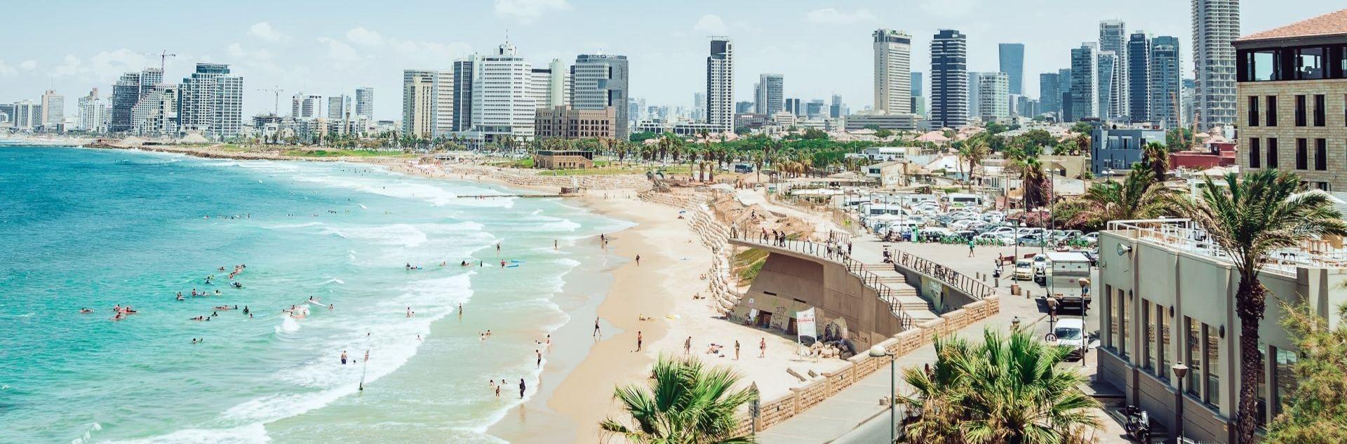 Tel Aviv Stadtstrand mit Skyline